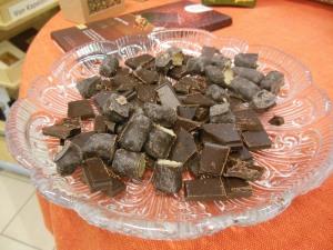 Dunkle Schokolade zum Probieren im Weltladen - viele Herren waren noch nicht da ....